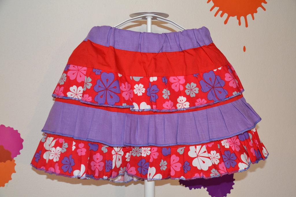 gonna bambina con roushe viola e rosa con fiori fatta a mano in tessuto naturale