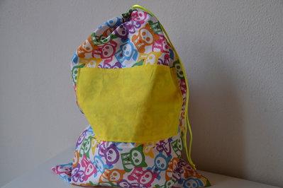 sacchetto asilo e palestra con teschi per cambio del bambino fatto a mano in tessuto naturale