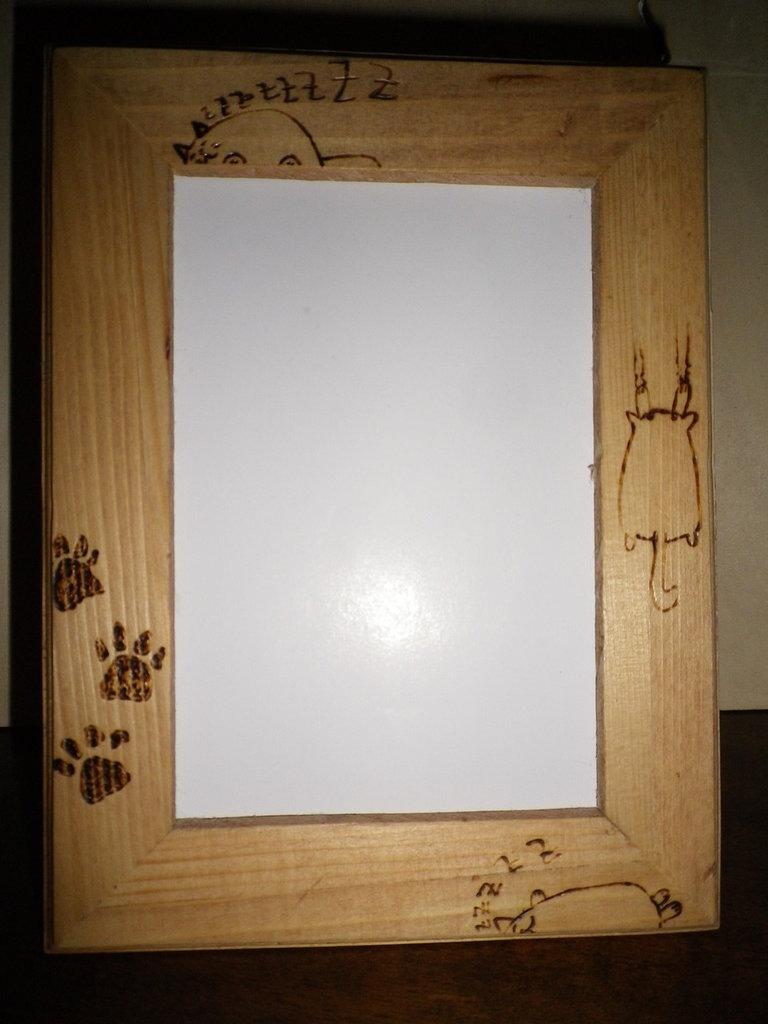 Cornice in legno con gatti