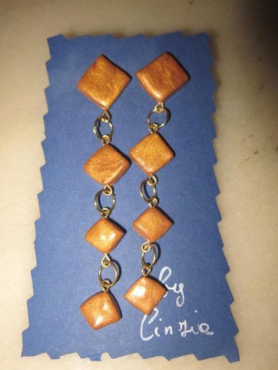 Orecchini pendenti rombi dorati in fimo