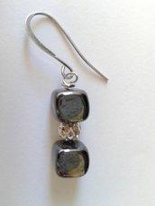 orecchini cubi di vetro grigi e perla filigranata color argento