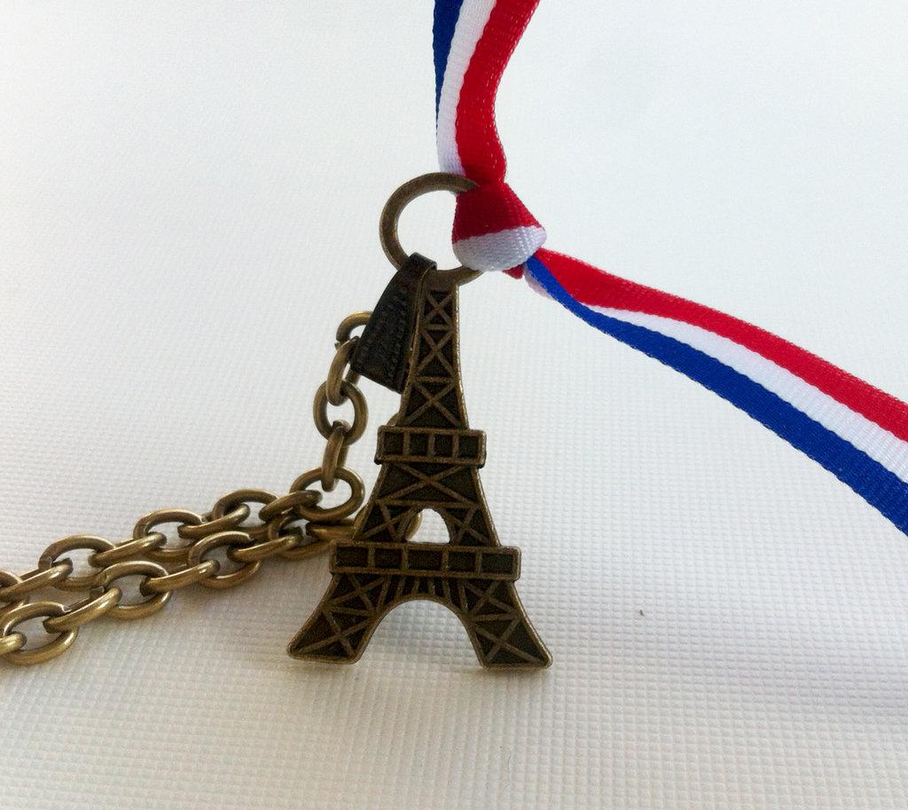 Collana con pendente in bronzo antico.