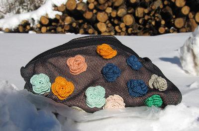 Tracolla grigia con fiori colorati ad uncinetto