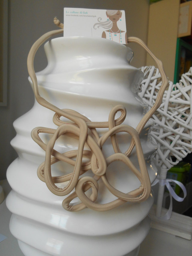 girocollo rigido in alluminio rivestito color beige