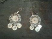 Orecchini in filo metallico con bottoni madreperla