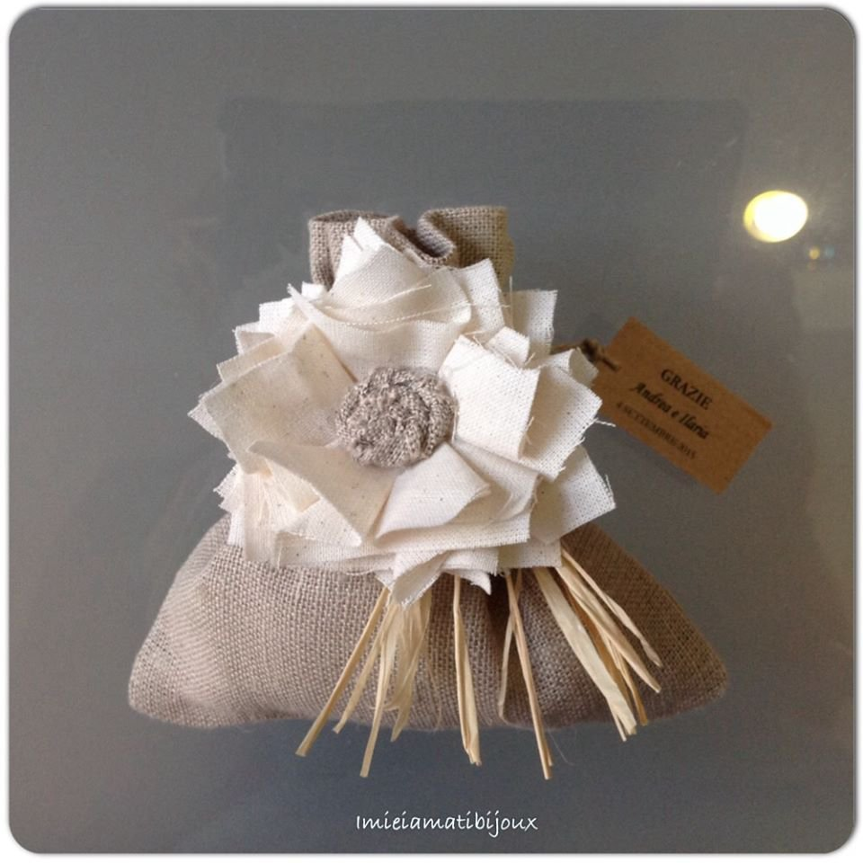 Bomboniera sacchetto ciuffetto fiore spilla