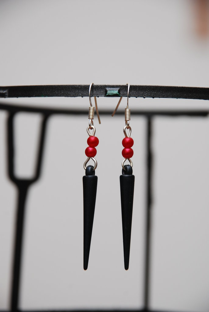 orecchini pendenti con perline e spuntone