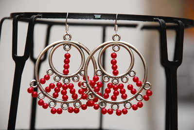 Orecchini a cerchio con perline rosse