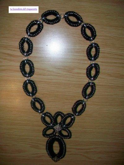 collana nera all'uncinetto in lana con catenella in metallo