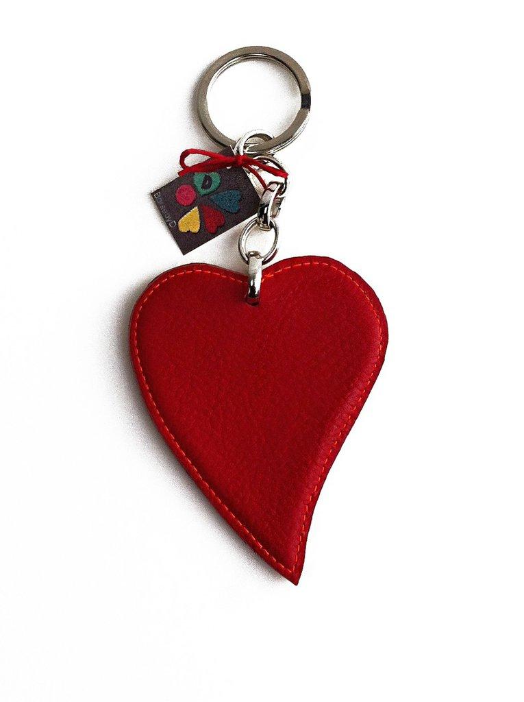 Cuore rosso da portarsi sempre dietro: un portachiavi con il cuore bicolore in pelle