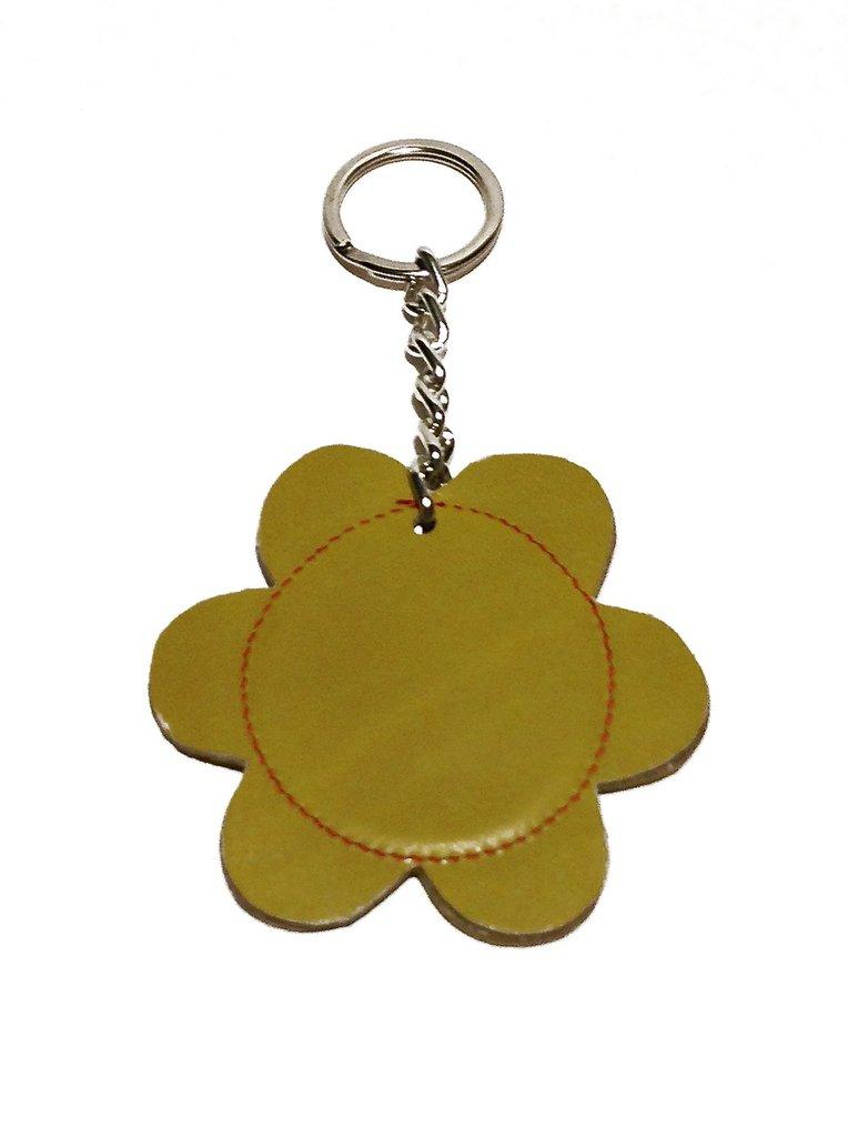 Portachiavi donna con un fiore giallo senape in pelle fatto a mano