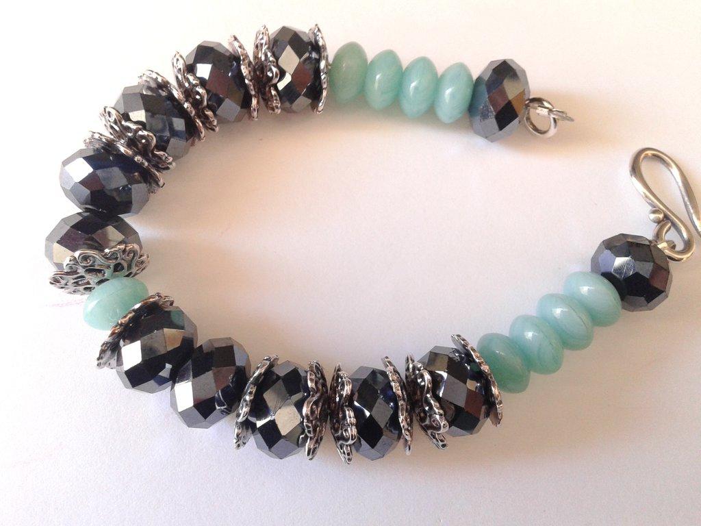 bracciale rondelle vetro azzurre e rondelle di cristallo sfaccettato grigio
