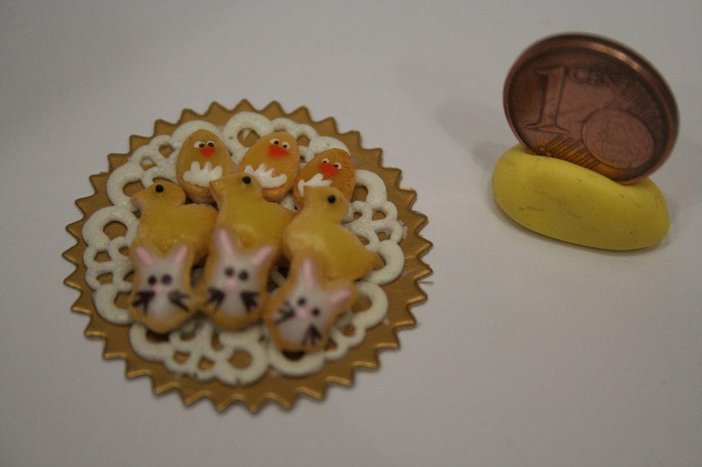 Vassoio con miniature di biscotti 1:12 di Pasqua con pulcini, coniglietti e uova