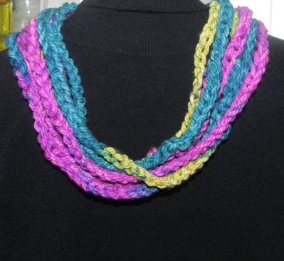 Sciarpa collana realizzata ad uncinetto con filato multicolore