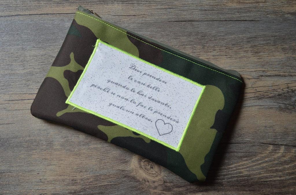 Pochette in tessuto militare con applicazione fatta a mano