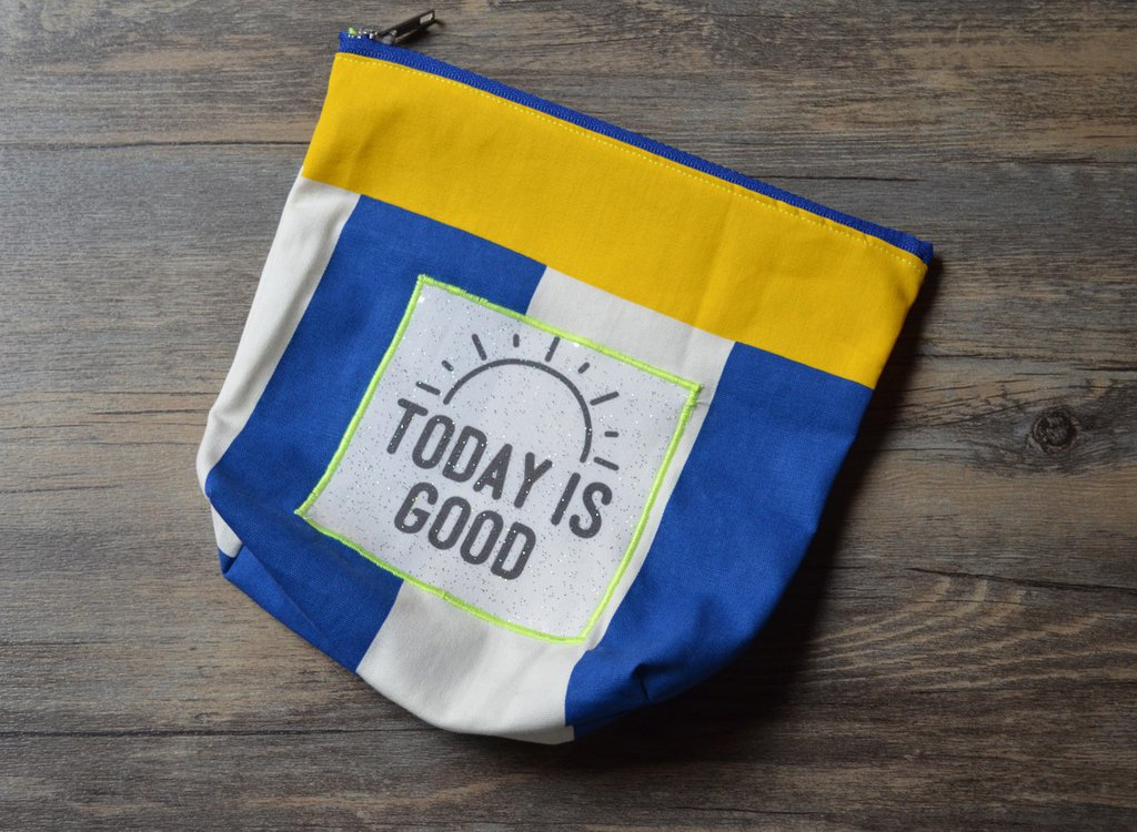 "Pochette in cotone cotone con applicazione ""Today is good"""