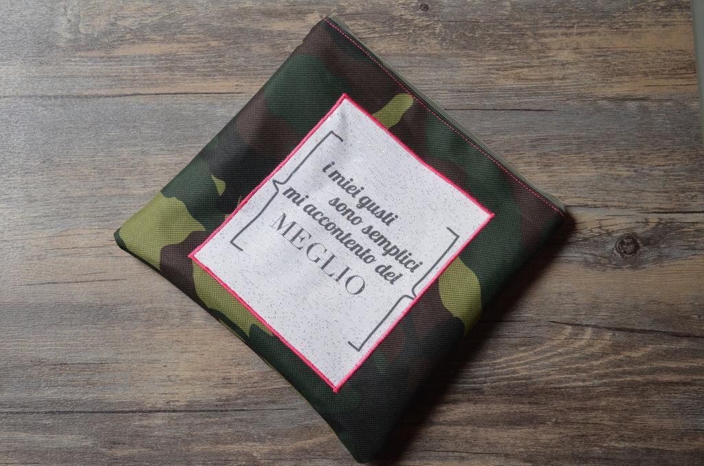 """Pochette in tessuto militare con applicazione """"I miei gusti sono semplici..."""""""