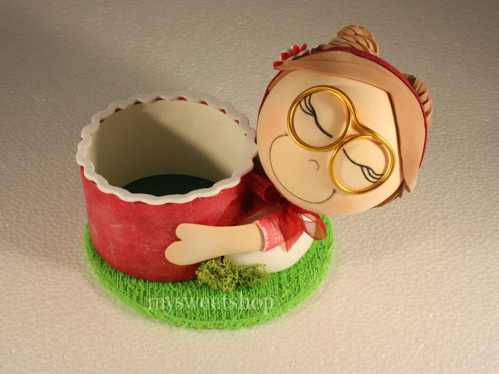 Porta oggetti da scrivania con bambolina