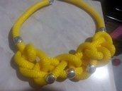 Collana di corda gialla con nodi e perline di metallo
