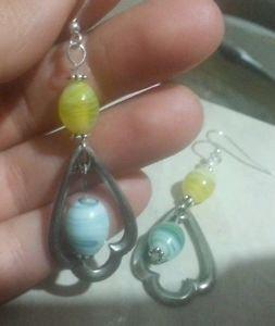 Orecchini con perle di vetro gialle e verdi