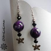Orecchini pendenti in resina magenta con farfallina argentata