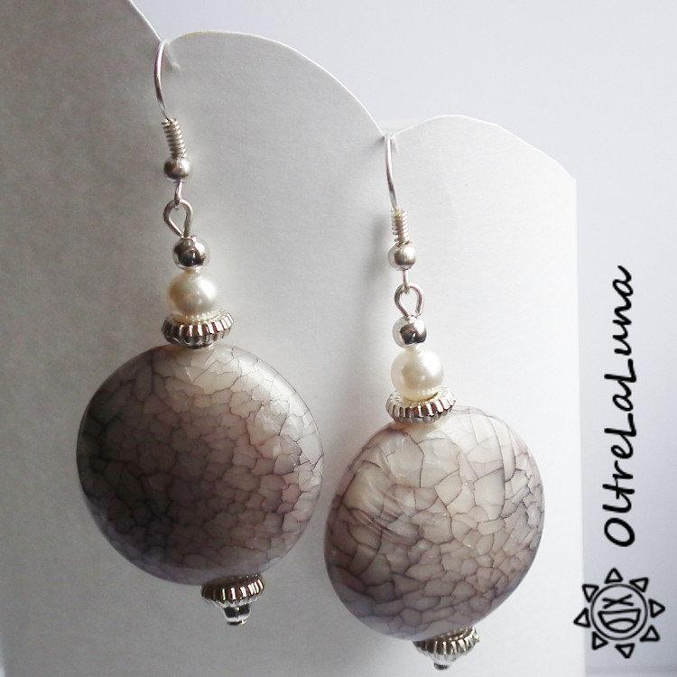 Orecchini pendenti in resina rotonda screziata beige e perline