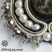 Collana con pendente in soutache, cabochon, perle e cipollotti fumé