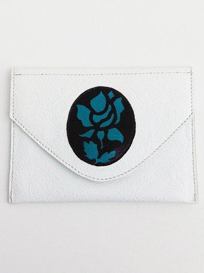 Bustina bianca in pelle per i documenti, trucco o altre piccole cose