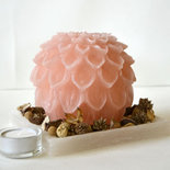 Candela dalia rosa con vassoio in cera bianca e potpourri