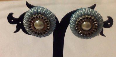 Orecchini a bottone in soutache e perle azzurri