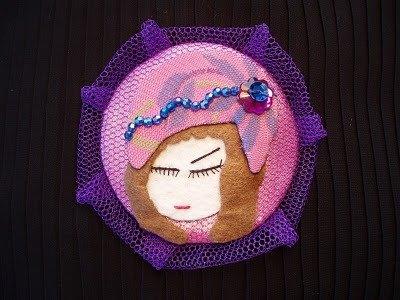 Violette, Broche