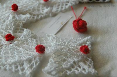 Bomboniera - segnaposto matrimonio, bustina portabiglietto con bocciolo di rosa ad uncinetto