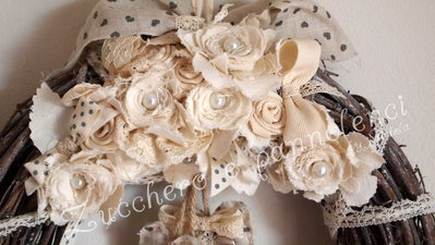 Corona rattan Shabby fuori porta. Adornata di rose e cuori fatti a mano. Unica, esclusiva, elegante.
