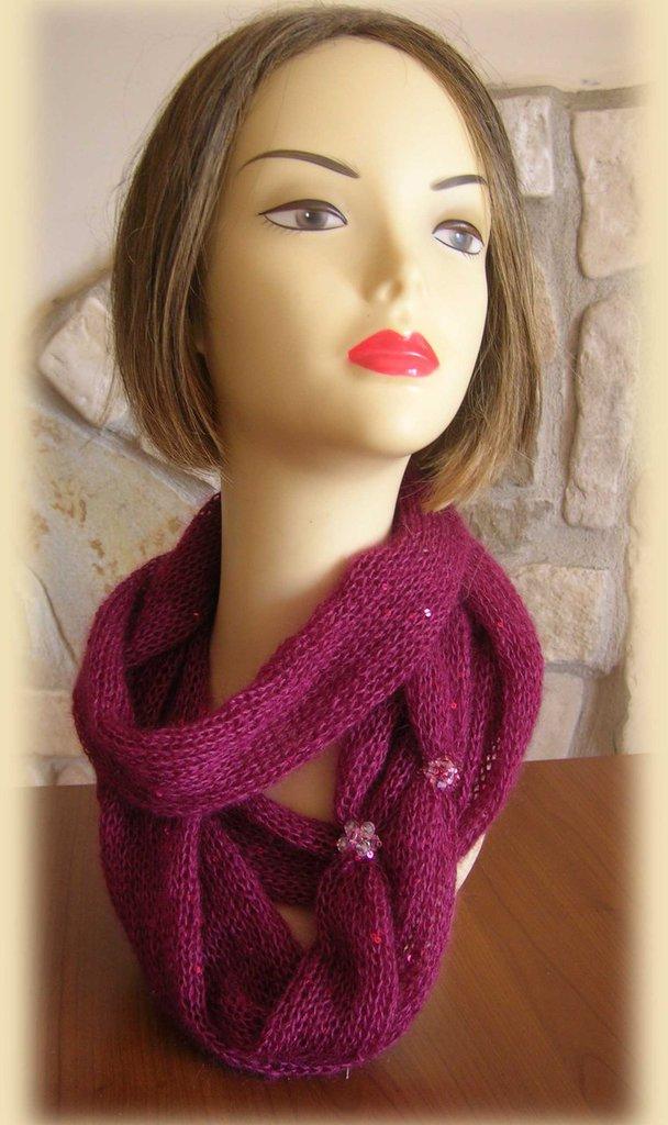 Collo da donna in lana mohair con paillettes di colore bordeaux