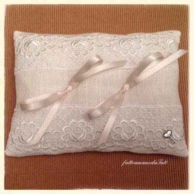 Cuscino porta fedi in lino bianco con pizzo macramè