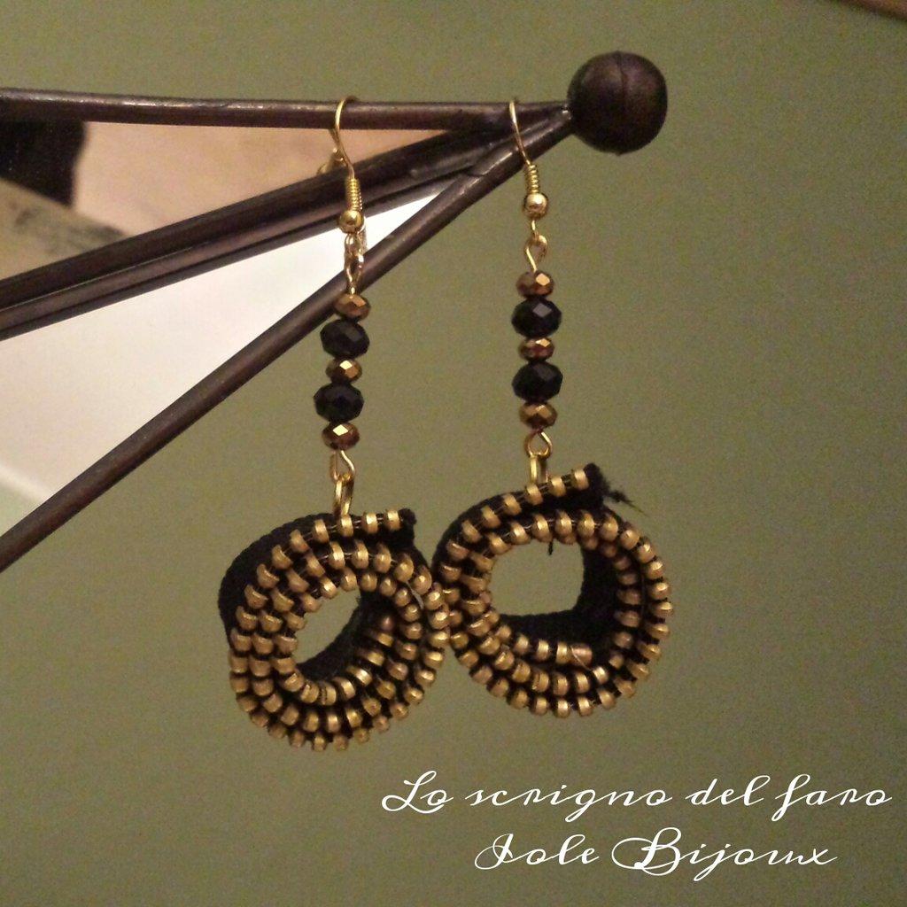 Orecchini pendenti con cerniera e cristalli neri e dorati - riciclo creativo