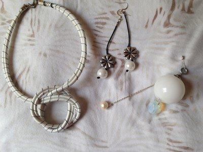 OFFERTA 3X1: lotto n. 3 - Girocollo bianco, orecchini a fiore con perla, ciondolo in vetro bianco opaco con perla e opale