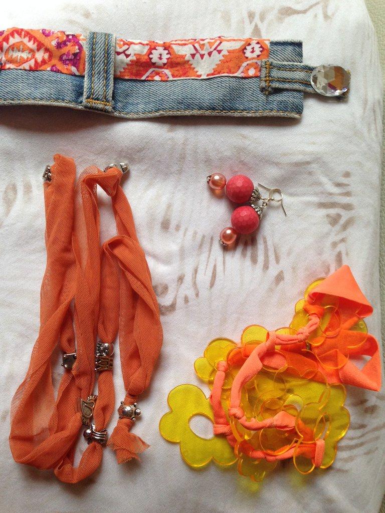 OFFERTA 4X1: lotto n. 4 - Collana/bracciale a fiori, bracciale tulle con charms, bracciale jeans con inserto stoffa e orecchini