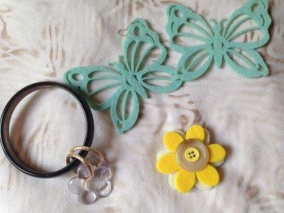 OFFERTA 3X1: lotto n. 6 - bracciale rigido con charms, orecchini farfalle di feltro tiffany e spilletta fiore feltro gialla con bottone
