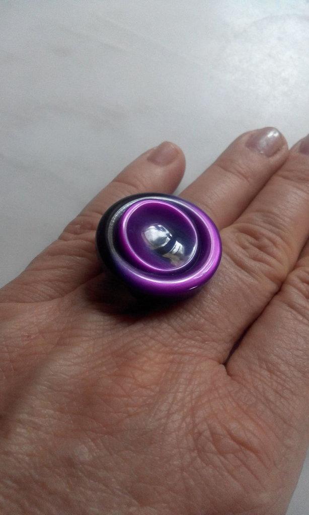Anello con bottone unico color viola