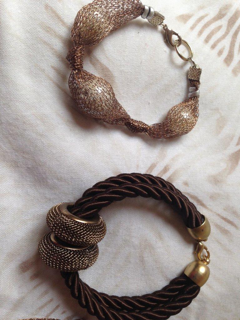 OFFERTA 4X1: lotto n. 7- Collana in maglia di filo bronzo e margherita con bracciale, bracciale in cordoncino marrone e orecchini pizzo