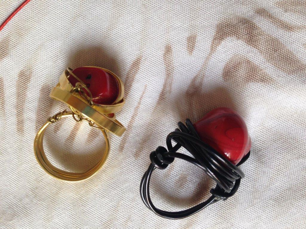 OFFERTA 3X1: lotto n. 9 - Girocollo in acciaio rosso con resine, due anelli con elemento rosso