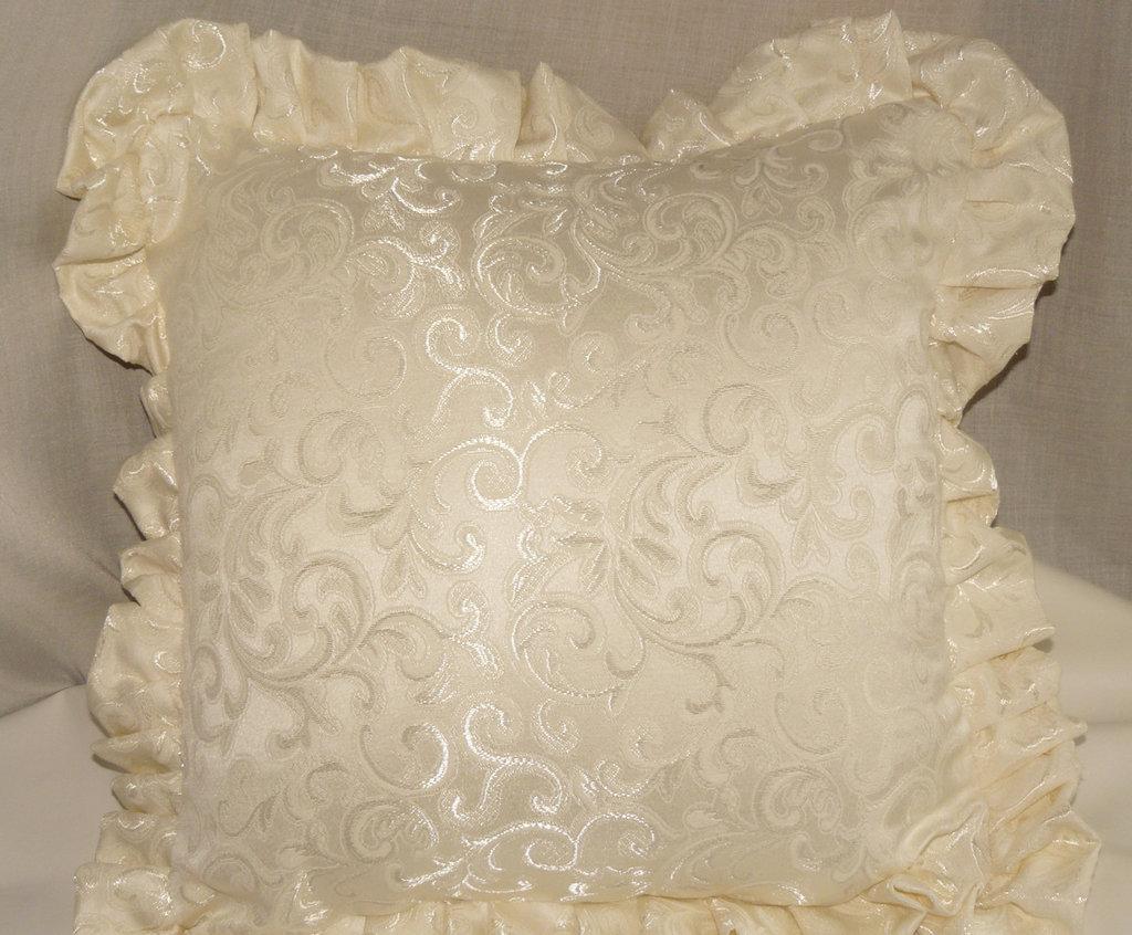 cuscino bianco avorio con bordo arricciato