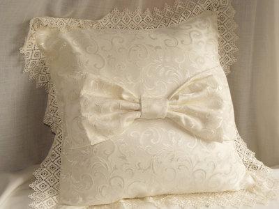 cuscino con fiocco e merletto