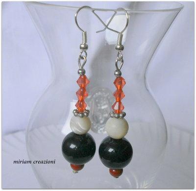 Orecchini pendenti con perla rossa, nera, madreperla