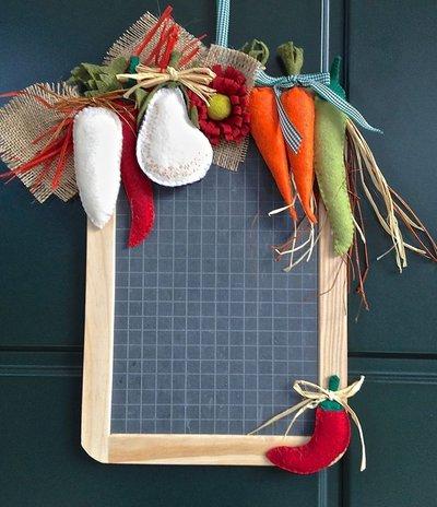 lavagna in ardesia decorata con verdure in feltro