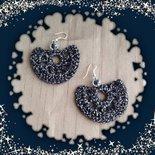 Orecchini pendenti ad uncinetto color argento fatti a mano