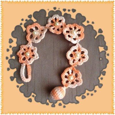 Bracciale uncinetto color arancione con perline bianche, fatto a mano