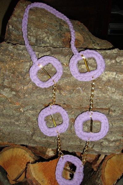 Collana violetta e catena dorata