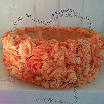 cesto rivestito di rose in garza colore arancio